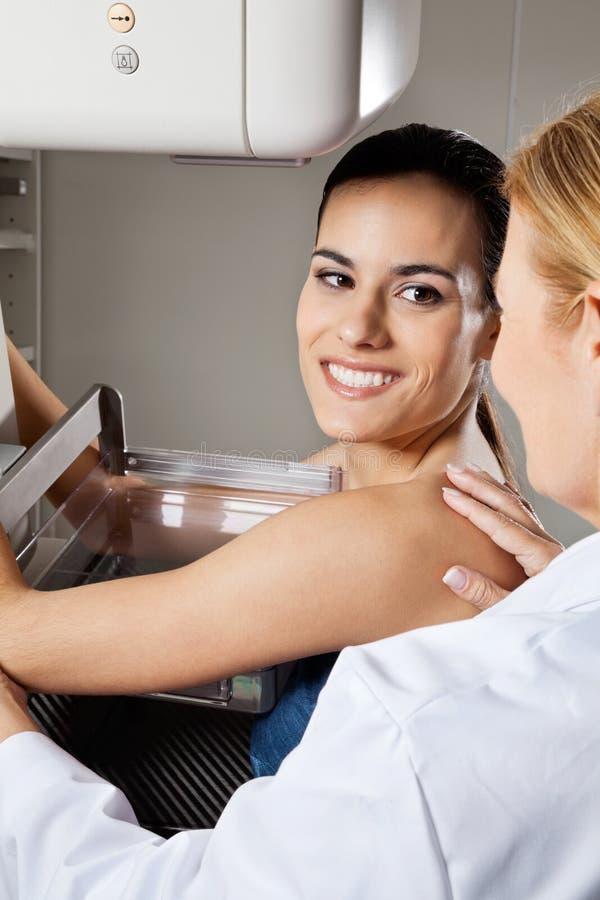 Raio X de sofrimento paciente fêmea novo do mamograma imagens de stock royalty free
