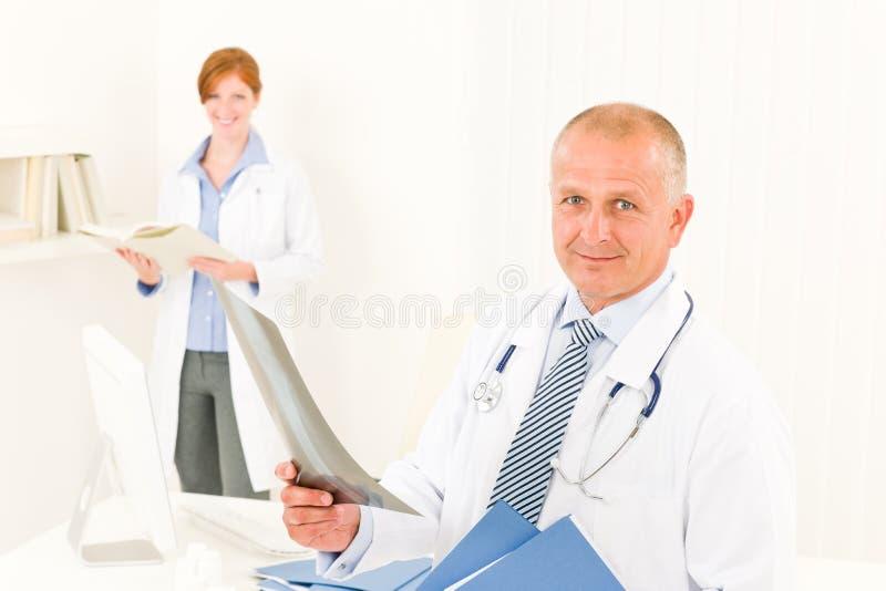Raio X masculino da preensão da equipe do médico fotos de stock royalty free