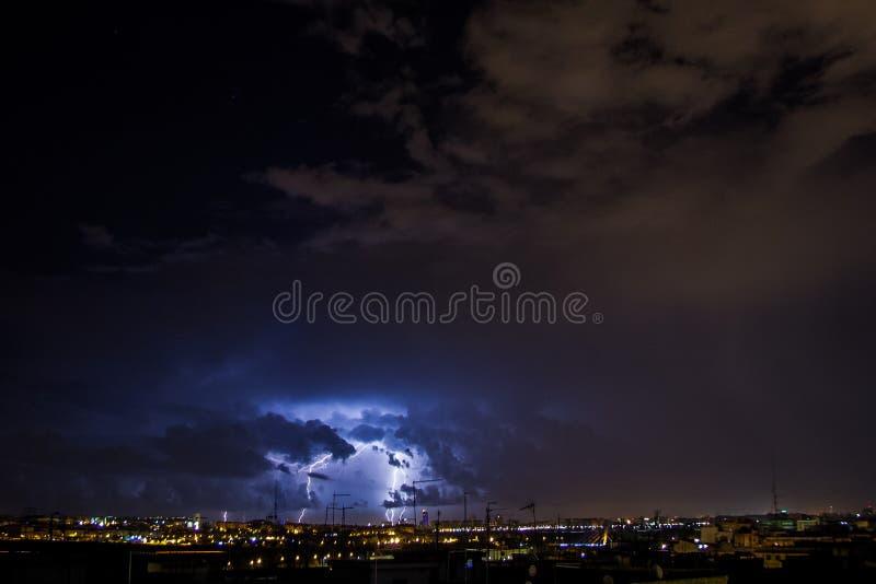 Raios da tempestade sobre a cidade imagem de stock