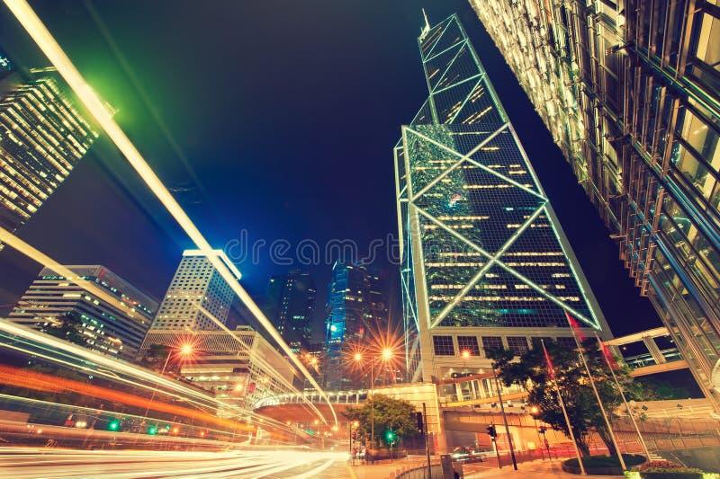 Raios de luz dinâmicos na rua urbana imagem de stock royalty free