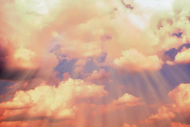 Raios de luz para fazer sua maneira através das nuvens escuras Fundo natural abstrato vívido C?u alaranjado imagens de stock royalty free