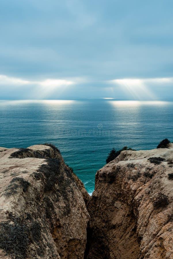 Raios de luz sobre o oceano dos penhascos em Torrey Pines fotos de stock royalty free