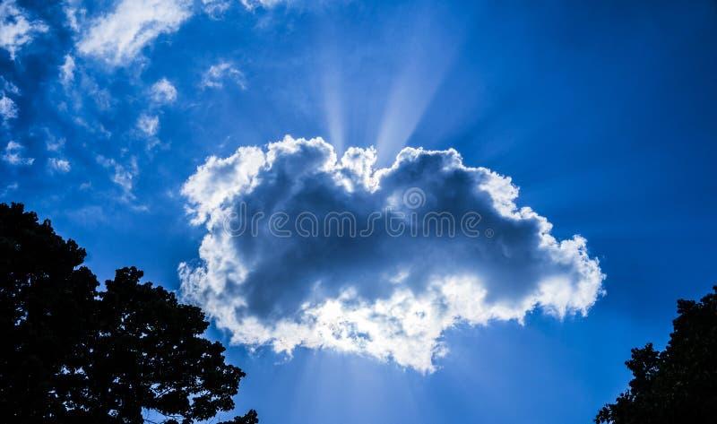 Raios de luz solar fora da nuvem foto de stock