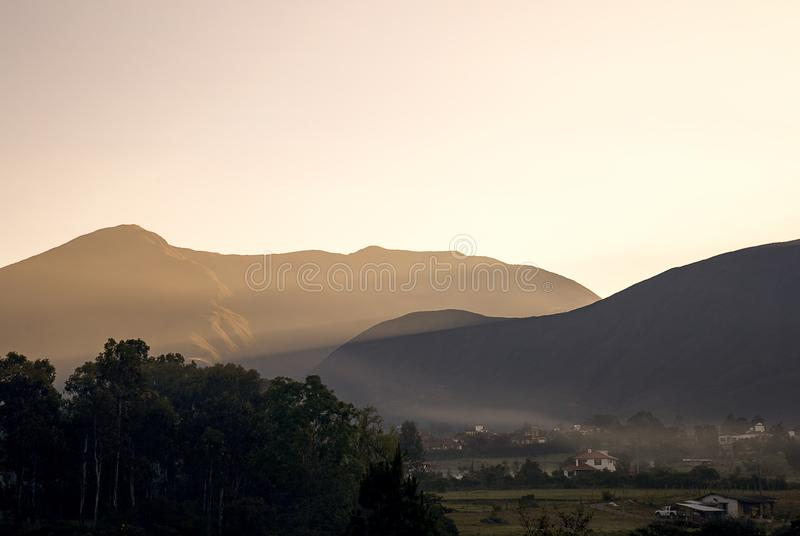 Raios de sol adiantados que iluminam a montanha de Iguaque fotografia de stock