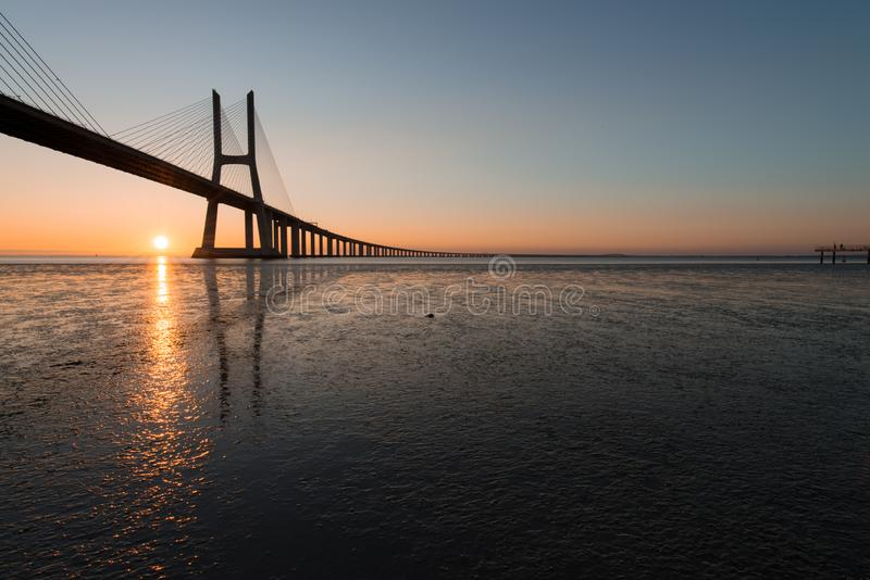 Raios de sol em Vasco de Gama Bridge em Lisboa Ponte Vasco de Gama, Lisboa, Portugal fotos de stock