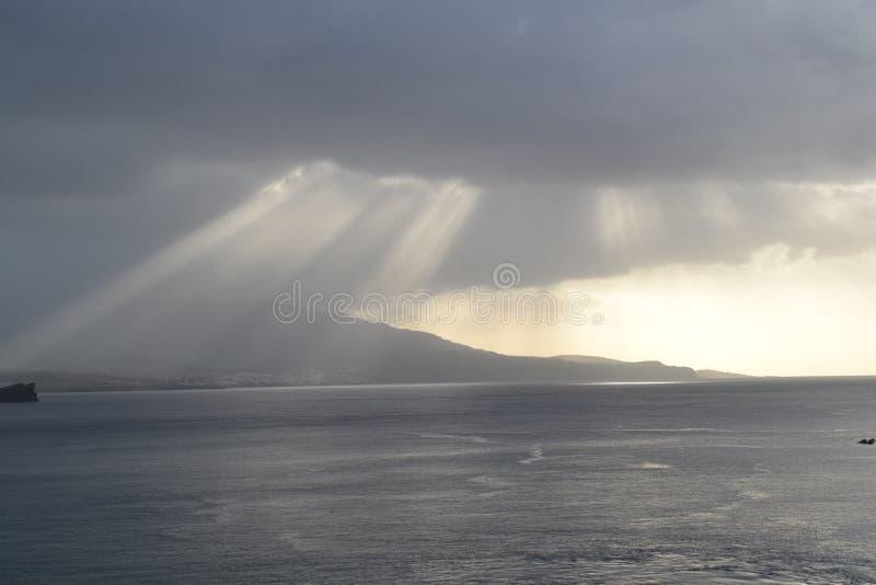 Raios de sol fora da costa de Ponta Delgada, Portugal foto de stock