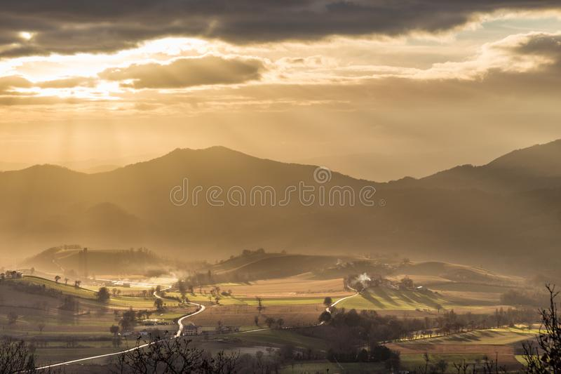 Raios de sol que vêm sobre um vale em Umbria Italy imagens de stock