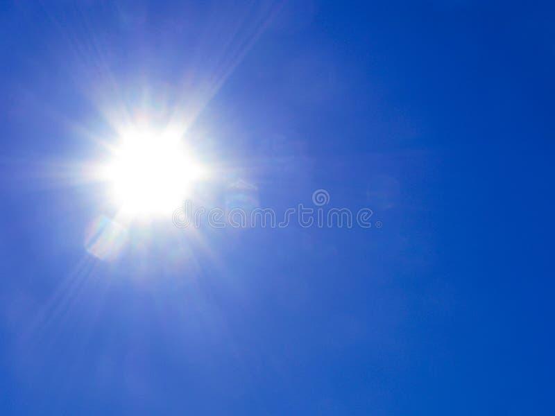 Raios de Sun no céu azul fotos de stock