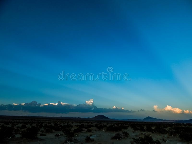 Raios de Sun que espreitam atrás dos céus escuros fotografia de stock