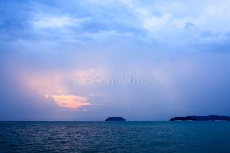 Raios de Sun sobre o mar crepuscular imagens de stock