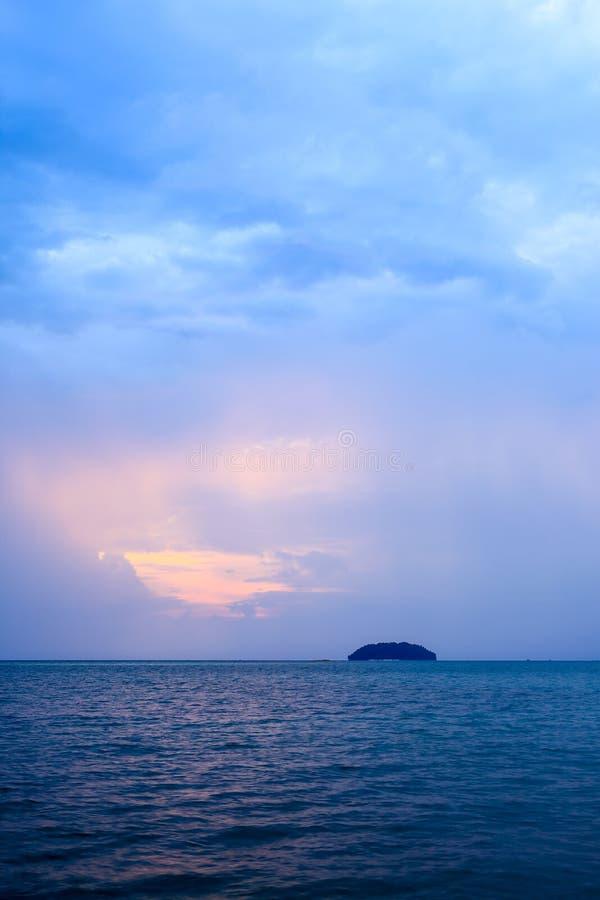 Raios de Sun sobre o mar crepuscular imagem de stock royalty free