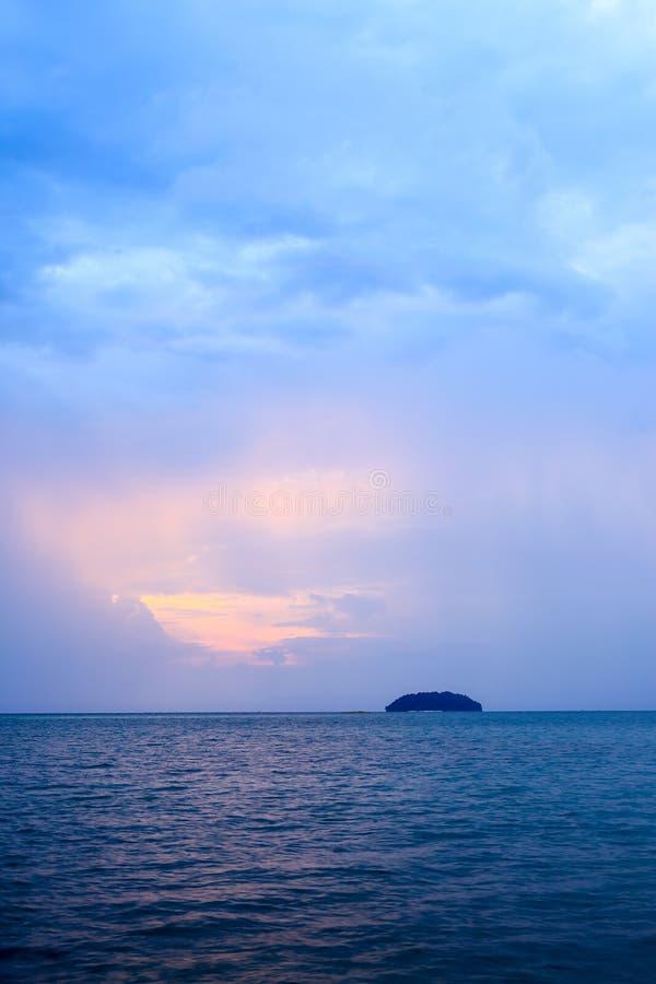 Raios de Sun sobre o mar crepuscular fotografia de stock