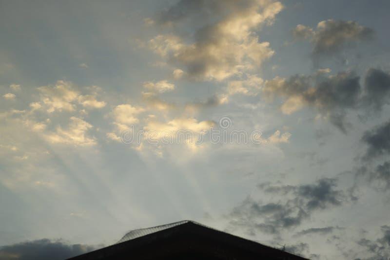 Raios do por do sol nas nuvens imagem de stock