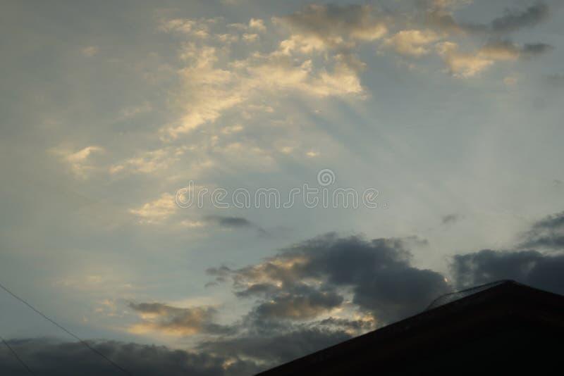 Raios do por do sol nas nuvens imagens de stock