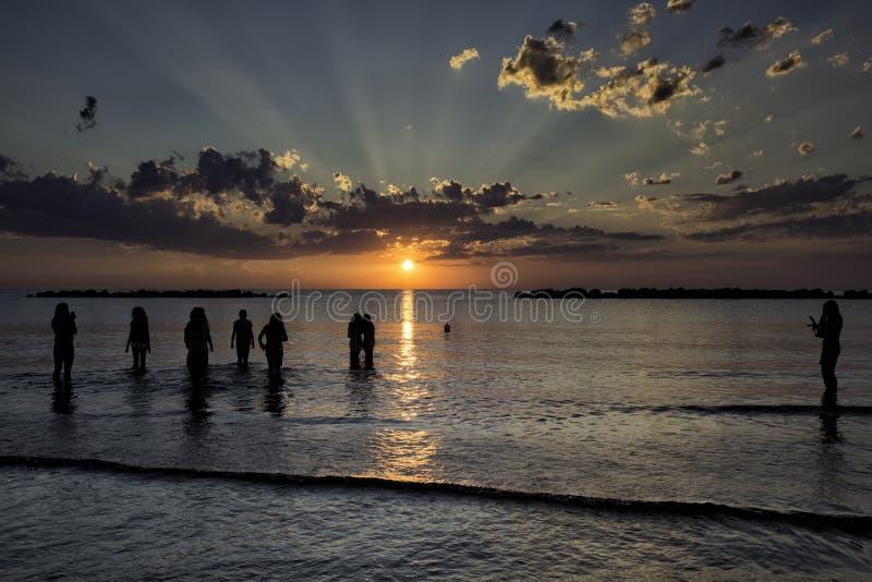 Raios do sol no alvorecer imagens de stock