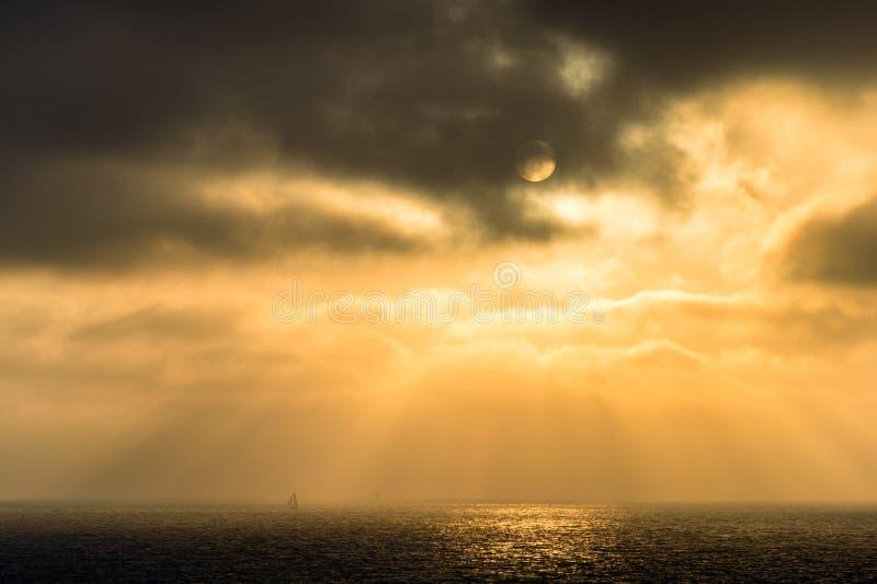 Raios do veleiro e do sol, costa de Los Angeles fotos de stock royalty free
