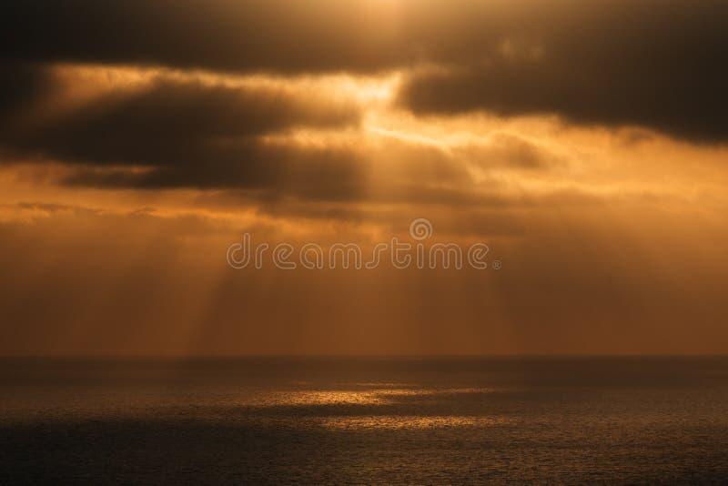 Raios dramáticos do sol sobre o Oceano Pacífico no por do sol de Torrey Pines State Reserve em San Diego, Califórnia fotografia de stock