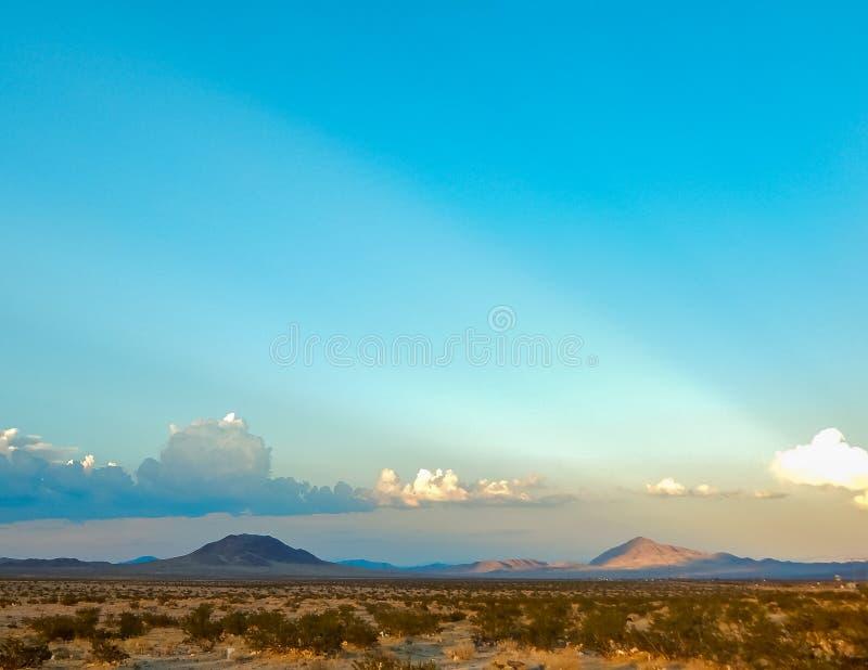 Raios e longe montanhas visíveis de Sun foto de stock royalty free