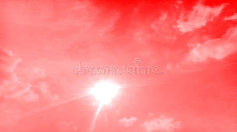 Raios fumarentos abstratos do sol da luz do sol das nuvens da cor vermelha no fundo fotografia de stock royalty free