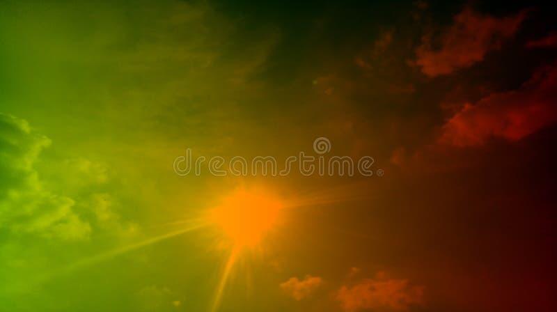 Raios fumarentos pretos do sol da luz do sol das nuvens do verde do sum?rio no fundo fotografia de stock royalty free