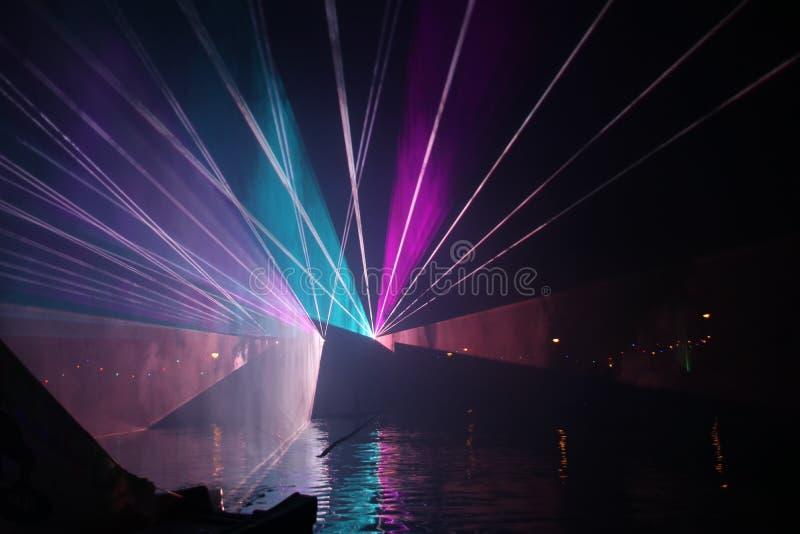 Raios laser durante uma mostra p?blica em diversas cores na ?gua do Ringvaart no antro aan IJssel de Nieuwerkerk fotos de stock