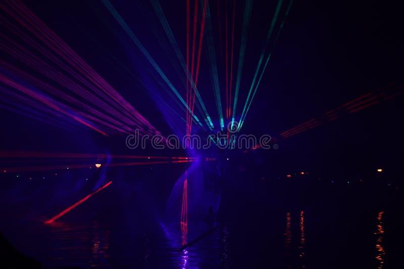 Raios laser durante uma mostra p?blica em diversas cores na ?gua do Ringvaart no antro aan IJssel de Nieuwerkerk imagens de stock