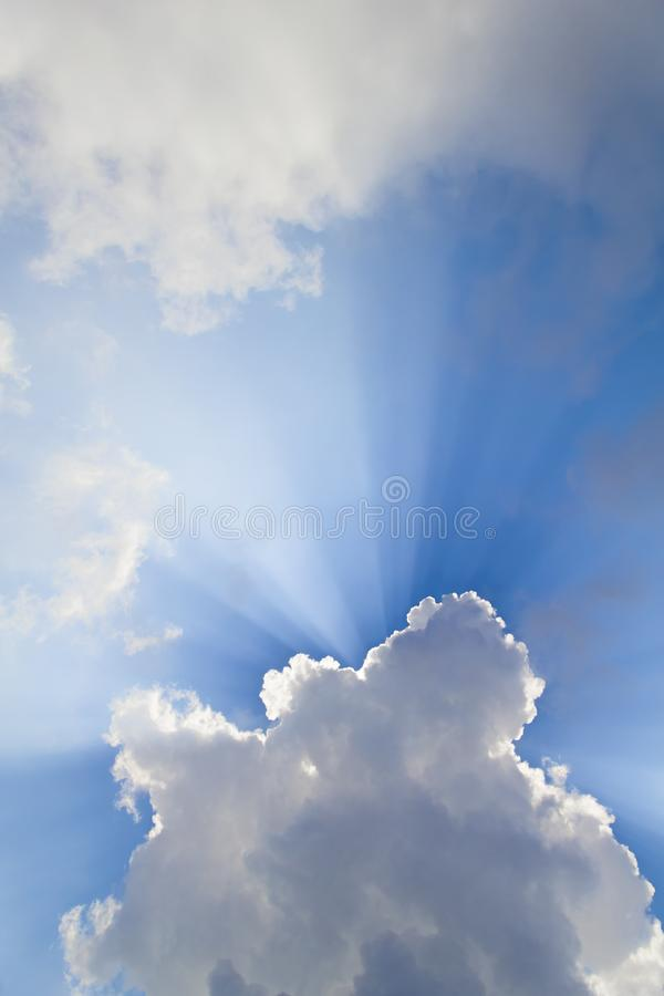 Raios solares quebrando nuvens cumulus fotos de stock