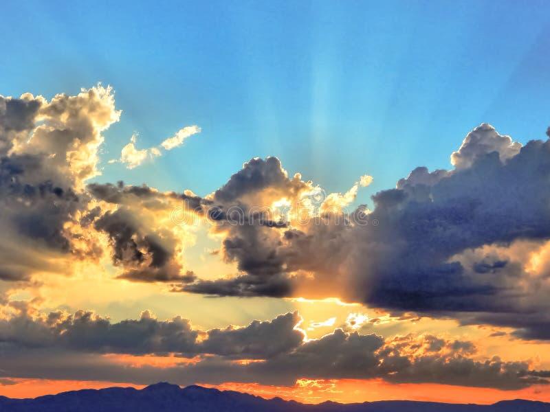 Raios surpreendentes de Sun sobre o deserto de Mojave imagem de stock