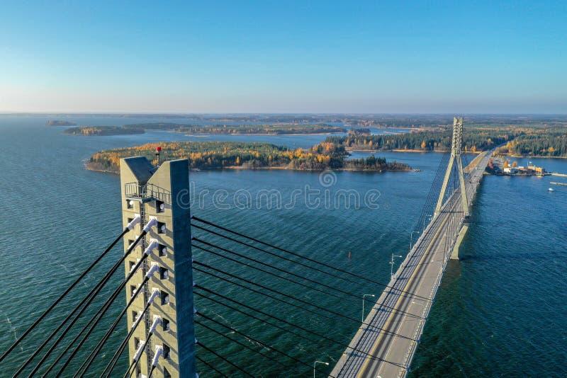 Raippaluoto Finlandia, Październik, - 14, 2018: Długi most Finlandia przy Raippaluoto chwytał z trutniem na słonecznym dniu zdjęcia stock
