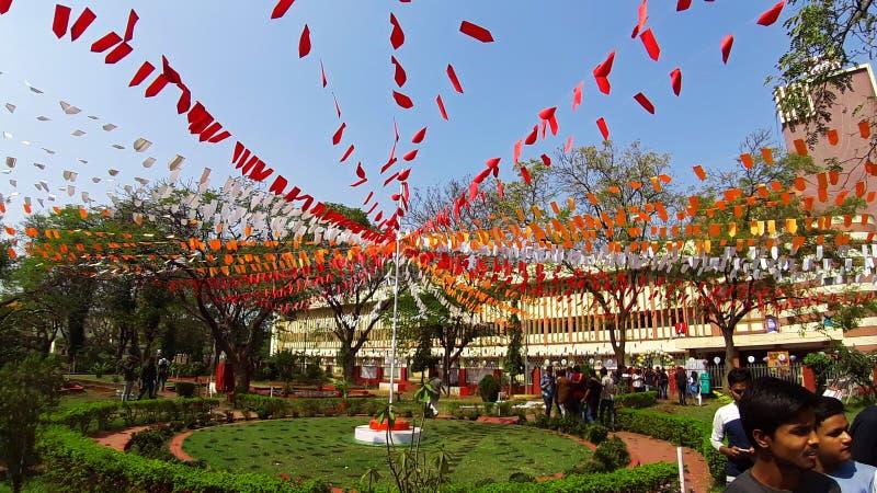 Raipur,Indien-21 04 2020: Studenter går i en dekorerad trädgård i ett kulturellt högskolemanifest arkivbild