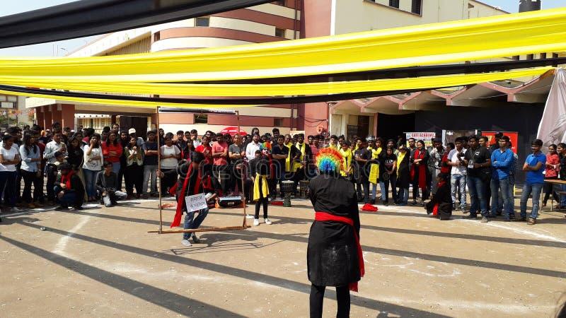 Raipur,Indien-21 04 2020: Studenter tittar på en pjäs eller en dramatisk uppvisning på college-universitetet arkivfoto