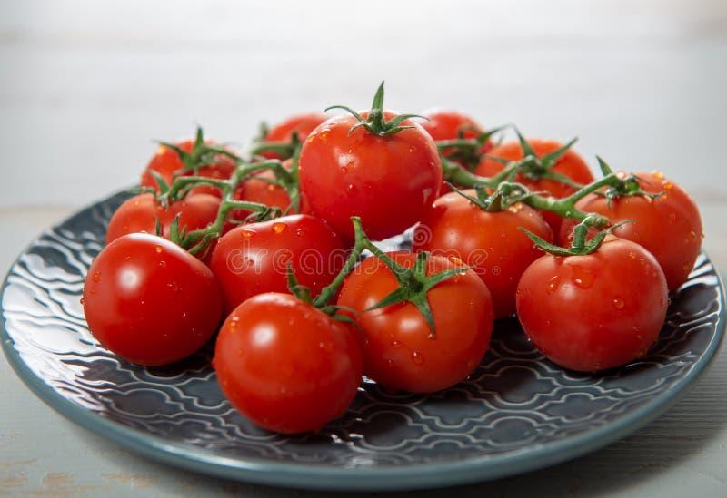 Raisin des tomates-cerises du plat bleu photo libre de droits
