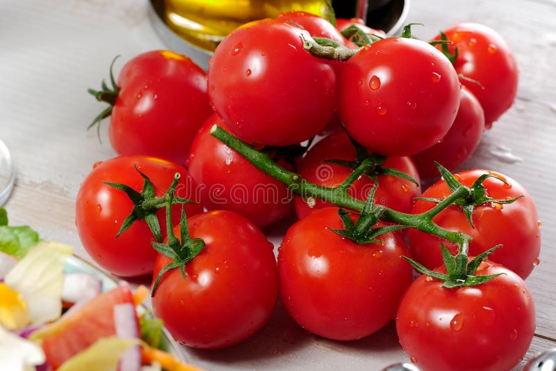 Raisin des tomates-cerises sur la table en bois blanche photos stock