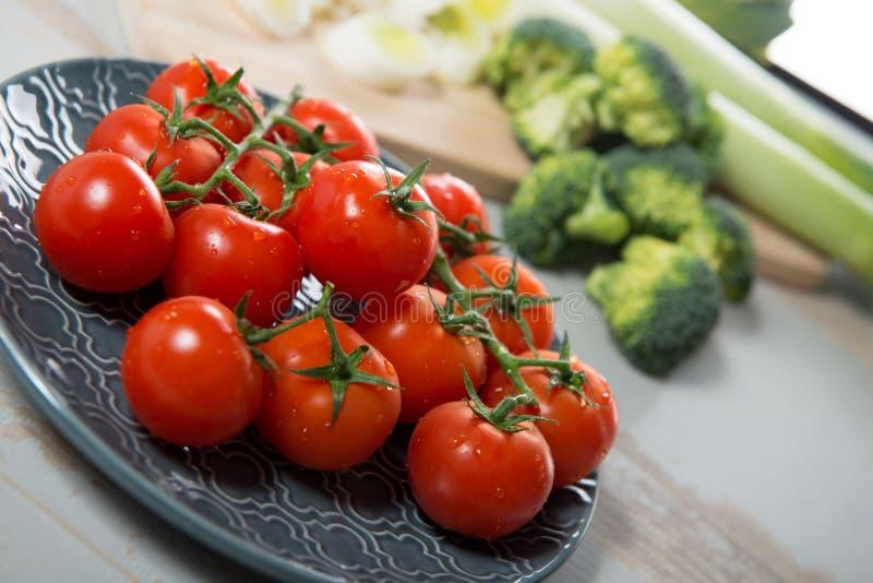 Raisin des tomates-cerises sur le plat bleu photo libre de droits