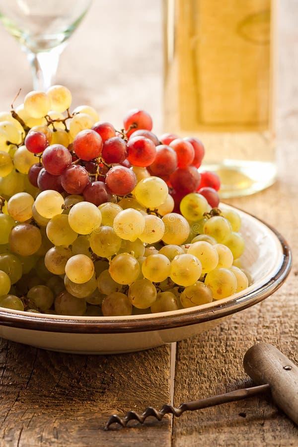 Raisins dans la cuvette photos stock