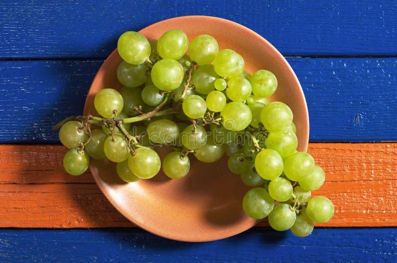 Download Raisins dans la plaque photo stock. Image du plaque, frais - 77159460