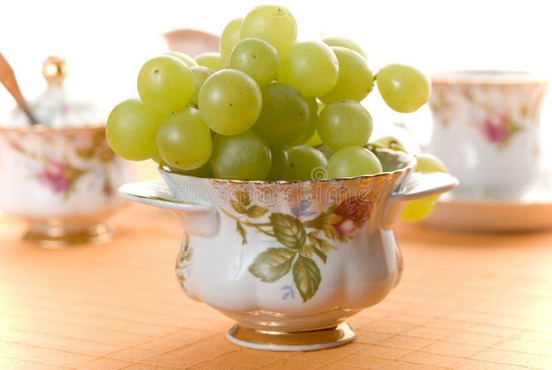 Raisins dans la porcelaine images stock