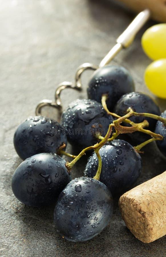 Raisins et liège de vin photographie stock