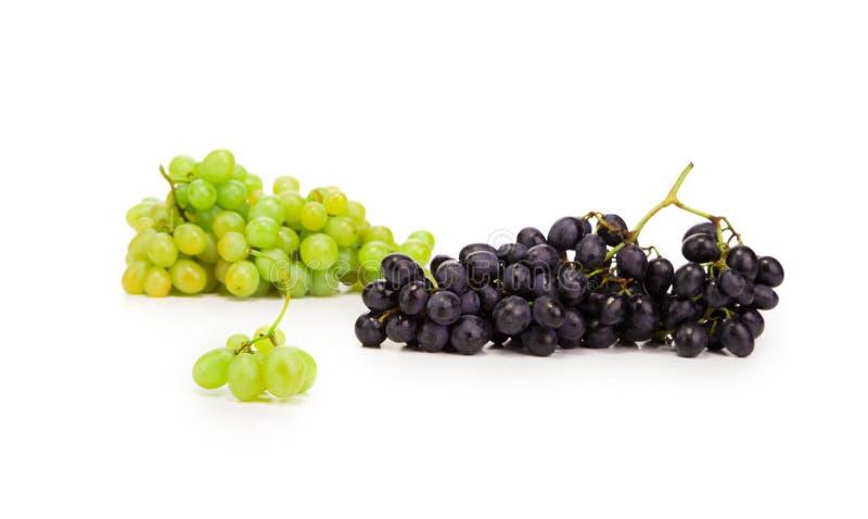 Raisins mûrs noirs et verts photographie stock libre de droits