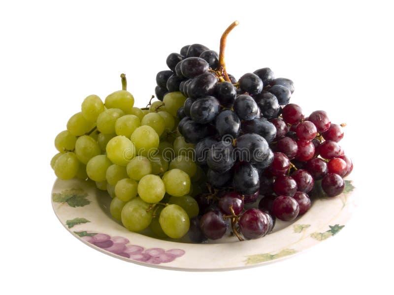 Raisins rouges et noirs et blancs frais d'une plaque images libres de droits