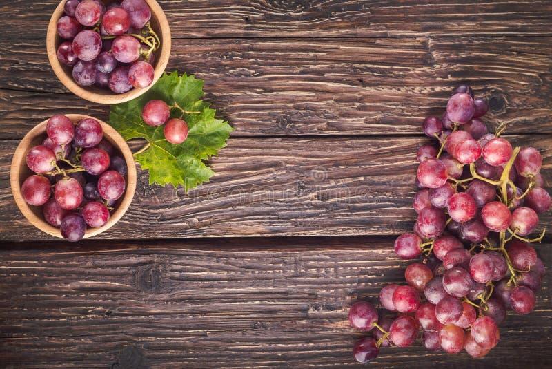 Raisins rouges sur le fond en bois rustique avec l'espace de copie, vue supérieure image libre de droits