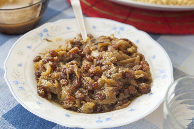 Raisins secs délicieux à l'oignon caramélisé images stock