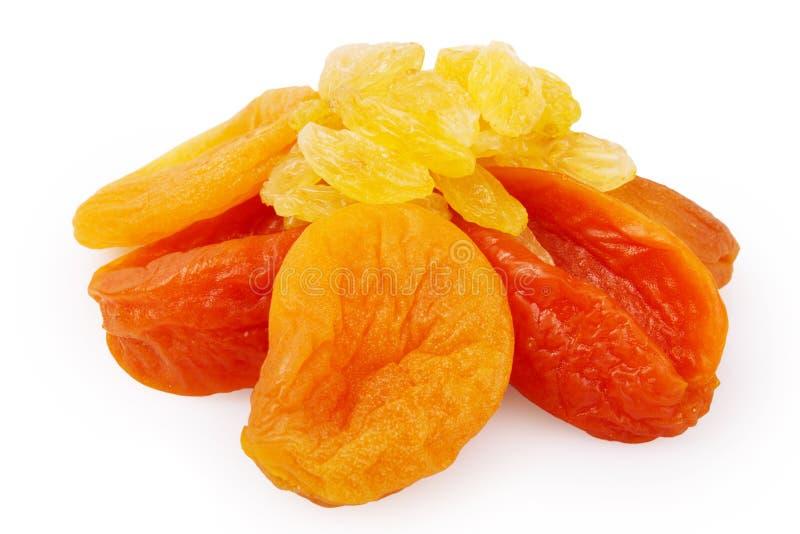 Raisins secs et abricots secs sur un fond blanc image stock