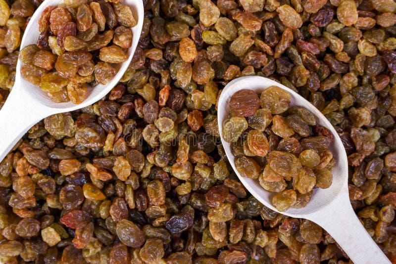 Raisins secs et fond en gros plan de nourriture de cuillère en bois photos libres de droits