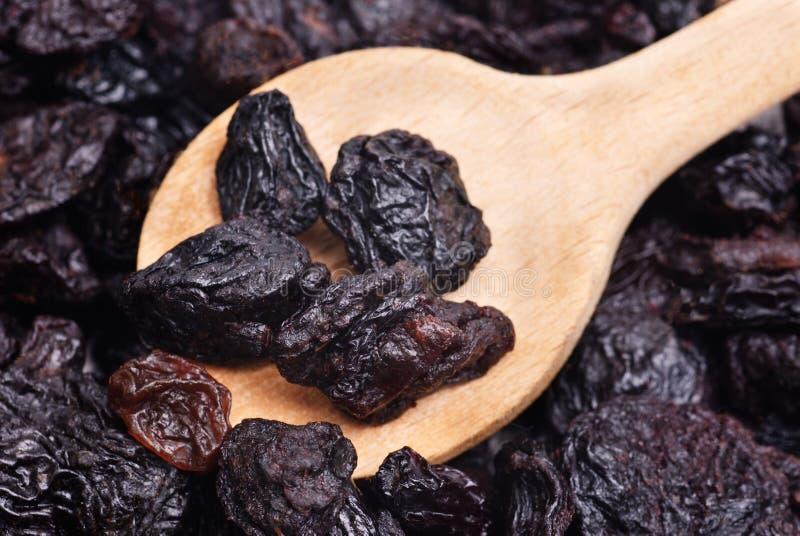 Raisins secs et fond en gros plan de nourriture de cuillère en bois photo libre de droits