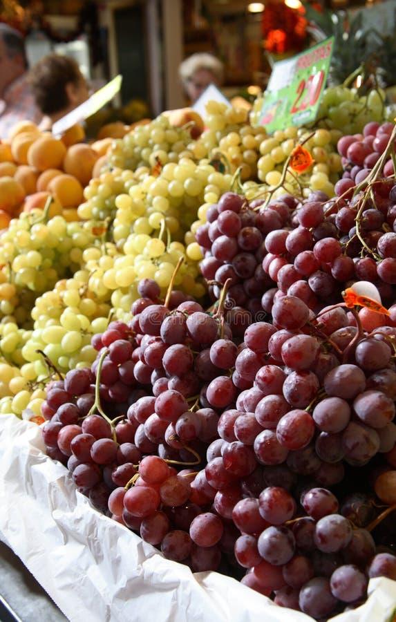Raisins sur le marché photos stock