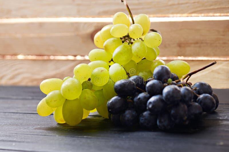 Download Raisins Sur Une Table En Bois Image stock - Image du santé, vieux: 77159277