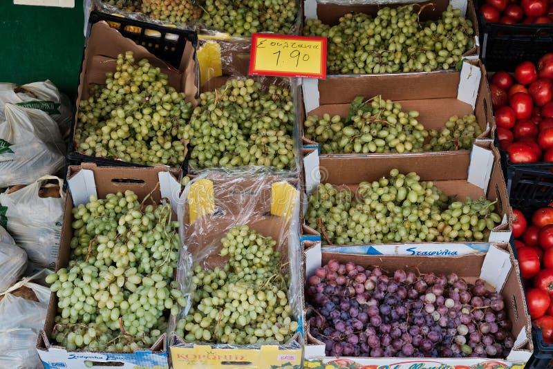 Raisins verts et roses frais à la boutique grecque image stock