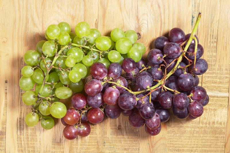 Download Raisins verts et rouges image stock. Image du moisson - 77161123