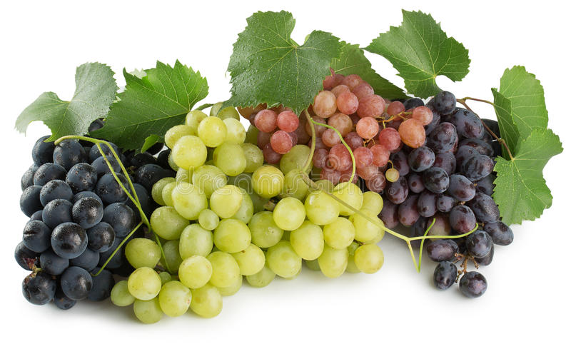 Raisins verts, pourpres et roses d'isolement sur le fond blanc photo libre de droits